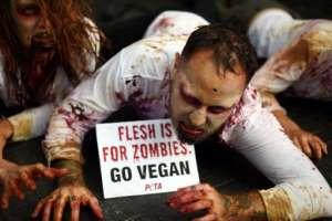 Los manifestantes vestidos como zombies se reúnen fuera de un KFC en Sydney el 15 de junio de 2017. La protesta fue organizada contra el consumo de carne animal por humanos. // Fotos: AFP