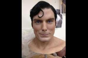 Escultura hiperrealista de Superman.