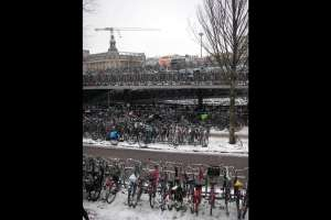 En Holanda tienen problemas de estacionamiento… de biciletas.
