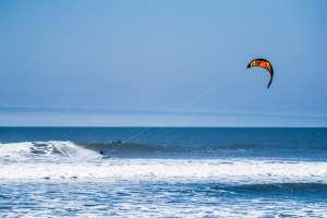 Surf, Kitesurf y Windsurf: La práctica del Surf en Máncora en Piura es casi una aventura por sus olas perfectas y vientos parejos.