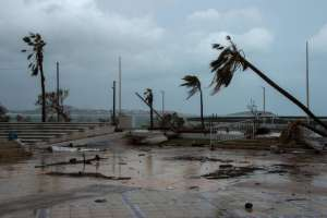 Los escombros se acumulan en una calle de Marigot en la isla francesa de San Martín mientras la gente se prepara para la llegada del huracán María.