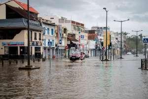 Un conductor atraviesa una calle inundada en Fort-de-France, en la isla de las Antillas francesas de Martinica, localidad afectada por el huracán María el 19 de septiembre.