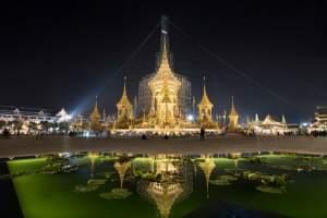 El sitio de cremación para el difunto rey de Tailandia Bhumibol Adulayadej se refleja en un estanque de loto el 12 de octubre de 2017