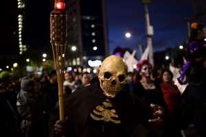 """La gente elegante participa en el """"Desfile de Catrinas"""" a lo largo de la Avenida Reforma, en la Ciudad de México"""