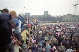 Berlineses de la RFA ayudan a sus conciudadados de la RDA a trepar el muro el 9 de noviembre de 1989 / Fotos: National Geographic