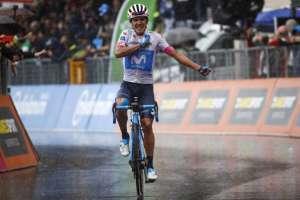 ITALIA.- Carapaz luego de haber cruzado la meta en esta etapa del Giro de Italia. Foto: AFP
