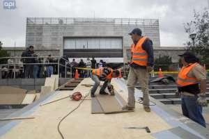 Trabajadores colocan rampa en exteriores de Asamblea. Foto: Juan Diego Montenegro/API.