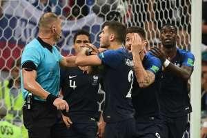 Jugadores franceses reclamaron la mano de ivan Perisic que terminó en penal. Foto: Jewel SAMAD / AFP