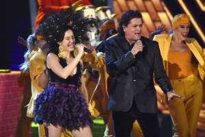 """Catalina García de Monsieur Periné, izquierda, y Carlos Vives interpretan """"Hoy Tengo Tiempo"""". Foto: AP."""