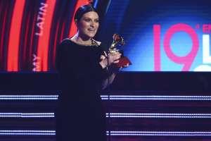 """Laura Pausini recibe el premio al mejor álbum vocal pop tradicional por """"Hazte Sentir"""". Foto: AP."""