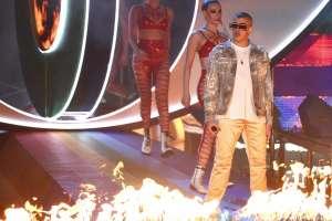 Bad Bunny durante su presentación en los Latin Grammy. Foto: AP.
