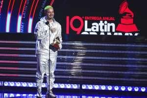 """J Balvin recibe el premio al mejor álbum de música urbana por """"Vibras"""". Foto: AP."""