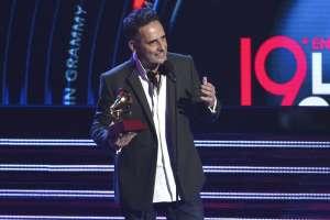 """Jorge Drexler recibe el Latin Grammy a la canción del año por """"Telefonía"""". Foto: AP."""