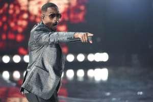 """Will Smith interpreta """"Está rico"""" en la ceremonia de los Latin Grammy. Foto: AP."""
