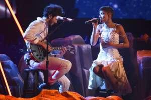 Sebastián Yatra, a la izquierda, y Halsey actúan en la ceremonia de los Latin Grammy. Foto: AP.