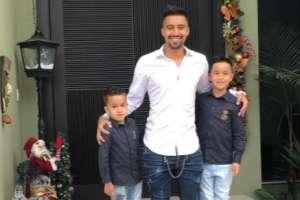 Christian Noboa junto a sus hijos.