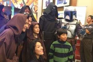 Algunos de los asistentes al preestreno caracterizaron a los personajes de la saga de Star Wars. Foto: redes sociales.