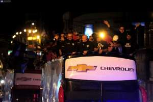 SANGOLQUÍ, Ecuador.- Los jugadores, que también recibieron honores por parte del cuerpo de bomberos local,  agradecieron la calidez de sus seguidores. Foto: API.