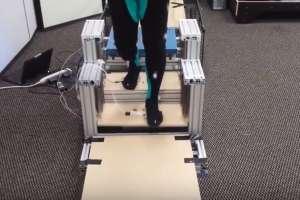Los escalones podrían reducir en un 37% la presión sobre las rodillas al subir escaleras. Foto: Captura de Video.