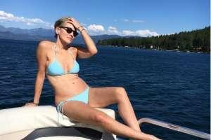 La bellísima actriz dio un paseo familiar en yate y se mostró radiante por un lago de Montana. Foto: Instagram
