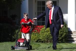 WASHINGTON, EE.UU.- El presidente Donald Trump saluda a Frank Giaccio, de 11 años, mientras poda el jardín de la Casa Blanca, el viernes 15 de septiembre de 2017. Foto: Jacquelyn Martin/AP.