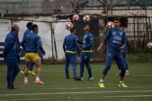 Antonio Valencia, Pedro Velasco y Jefferson Orejuela deben cuidarse en partido ante Chile. Foto: AFP