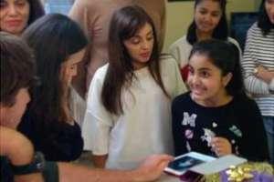 El día en que Aman recibió una tableta con las imágenes que le enviaron sus familiares con mensajes grabados.