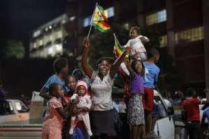 Pocos minutos después de que se supo de la renuncia comenzaron las celebraciones en Harare, la capital de Zimbabue. Foto: AP