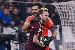 Gianluigi Buffon e Ivan Rakitic se enfrentaron por Champions League. Foto: AFP
