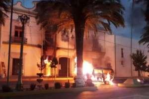 Habitantes en Puebla, México, lincharon a presunto ladrón y quemaron la comandancia de la policía.  Foto:Perú21