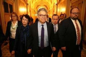El senador demócrata Al Franken (en el centro) llega al Capitolio de Washington el jueves 7 de diciembre para anunciar su dimisión. Foto: AFP