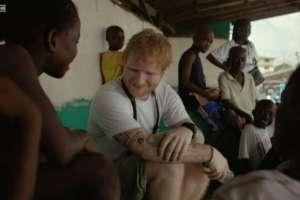 Ed Sheeran visitó Liberia como parte de una campaña de la asociación benéfica Comic Relief.