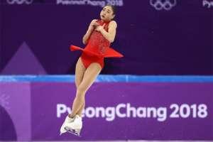 El axel triple (tres giros y medio en el aire) es una de las acrobacias más difíciles del patinaje artístico, por el medio giro extra que hay que añadirle.