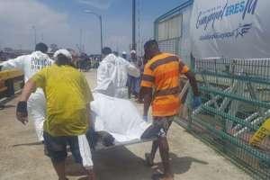 Momento en que el cuerpo de Juan José Corozo es traladado en el muelle de la Caraguay. Foto: Dirnea