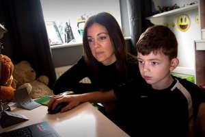 Shelley ayudando a su hijo con las tareas del colegio.