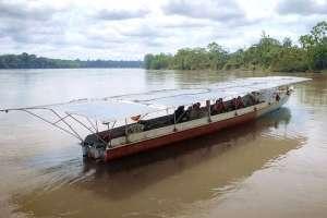La canoa de los indígenas cofán es la más adecuada para las aguas amazónicas.