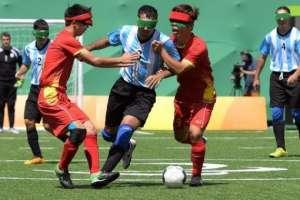 Cada equipo cuenta con cinco jugadores, mientras los espectadores guardan absoluto silencio. Foto: paradeportes.com