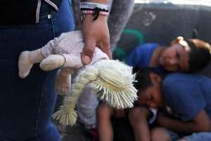 Más de 2.300 niños fueron separados de sus padres y detenidos en centros. Foto: AFP