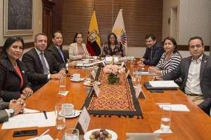 QUITO, Ecuador.- En la reunión con distintas bancadas, se reiteró que la Ley no prevé cambios en comisiones. Foto: Asamblea