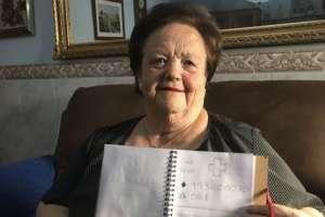 Encarna Alés se guía por las ilustraciones de su nieto para saber quién es quién en su agenda telefónica. Foto: PEDRO ORTEGA