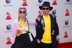 Li Saumet, a la izquierda, y Simón Mejía, de Bomba Estéreo, en la 18va entrega anual de los Latin Grammy en Las Vegas. Foto: AP