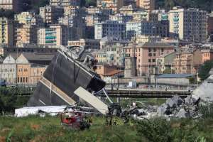 Al menos 30 vehículos, entre ellos 3 camiones, se vieron afectados por el derrumbe. AFP