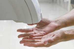 Los secadores de aire a chorro no son tan higiénicos como parece, según los científicos.