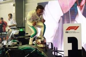 SINGAPUR.- Hamilton celebra tras haber logrado esta victoria. Foto: AFP
