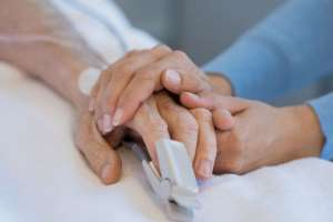 Muchos pacientes con cáncer recurren a otros tipos de tratamientos, por lo general costosos. Foto: Getty Images