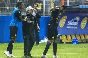 CULIACÁN, México.- Maradona celebra junto a Vinicio Angulo durante el primer partido del argentino como entrenador. Foto: AFP