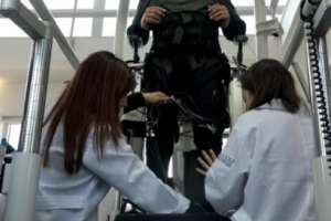 Un electrodo implantado en la columna vertebral permitió caminar a un parapléjico. Foto: AFP