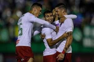 CHAPECÓ, Brasil.- Junior Sornoza abraza a sus compañeros luego de anotar su gol. Foto: O Globo