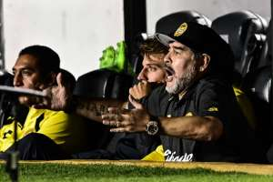 QUERÉTARO, México.- Maradona alienta a sus jugadores en el partido contra Querétaro. Foto: AFP