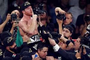 LAS VEGAS, EE.UU.- 'Canelo' Álvarez celebra tras su triunfo sobre Gennady Golovkin. Foto: AP